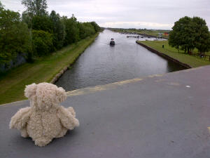 Narrowboatmen from Scunthorpe wave to Teddy.